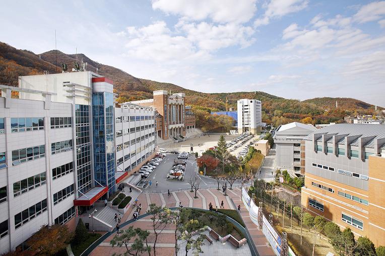 trong khuôn viên trường Sungkyul