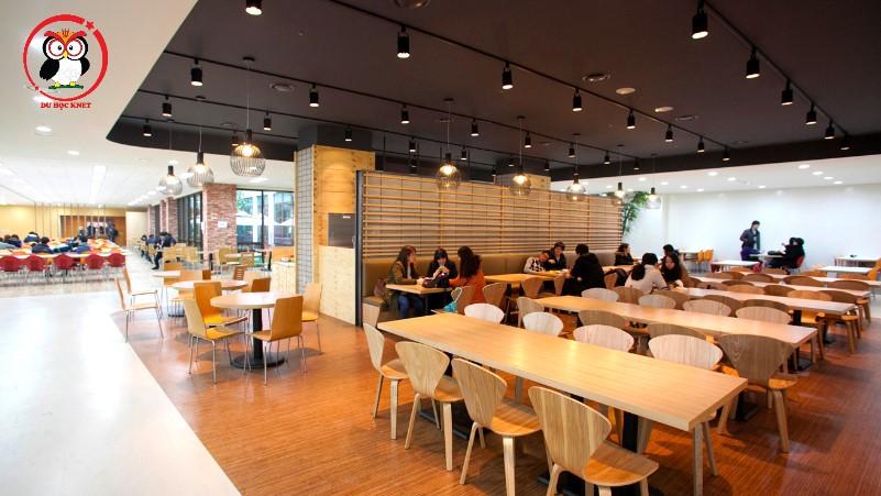 Nhà ăn ở đại học Kyung Hee rất rộng và đẹp nha