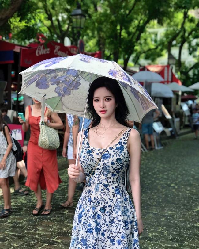 Yuki Han tên thật là Han So Yeong, Cô từng làm streamer, người mẫu ảnh, hiện tại đang theo đuổi con đường hội họa