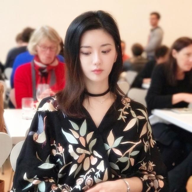 Ngoại hình xinh đẹp cùng cách ăn vận khéo léo giúp Yuki Han nổi bật ở bất cứ đâu, kể cả những nơi đông người.