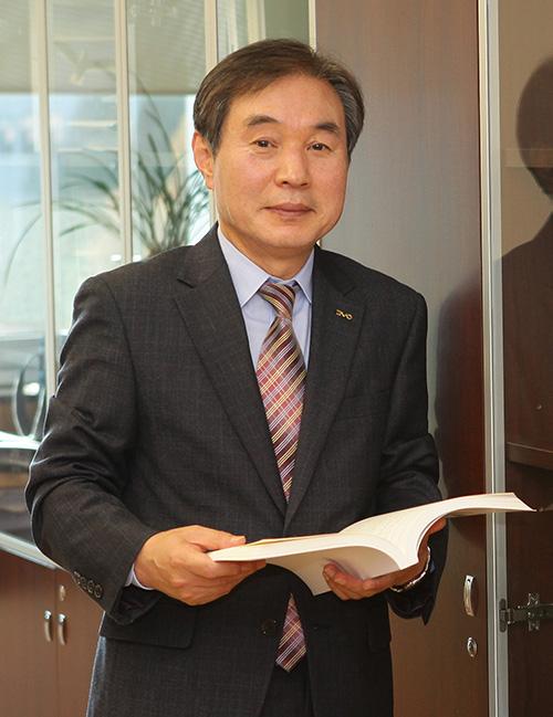 Chủ tịch của trường Cao đẳng Woosong là giáo sư Jeong Sangjik